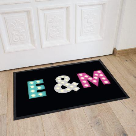 Personalisierbare Fußmatte mit farbigen Initialen