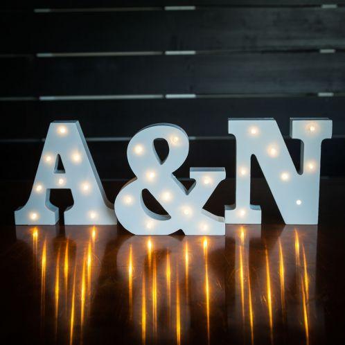 Beleuchtete Holz-Buchstaben