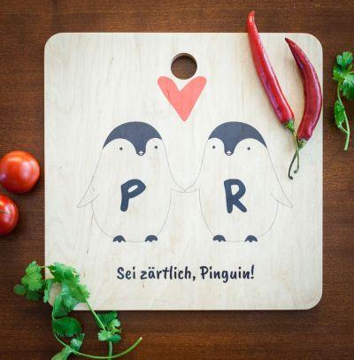 Exklusive Geschenke aus Holz - Personalisierbares Pinguin Pärchen Schneidebrett