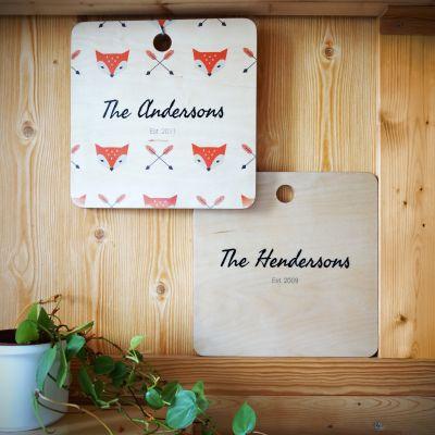 Exklusive Geschenke aus Holz - Personalisierbares Schneidebrett mit Hintergrund
