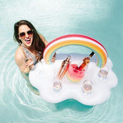 Schwimmende Wolken-Bar mit Regenbogen